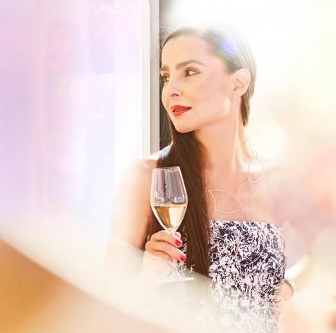Peoplefotografie---festlich-gekleidete-Dame-mit-Champagnerglas-in-der-Hand