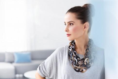 Peoplefotografie---Dame-mit-hochgesteckten-Haaren-und-Halsschmuck--Seitenprofil