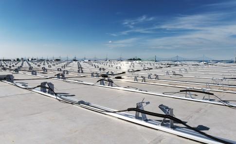Industriefotografie---Unterkonstruktion-fuer-Solarkollektoren-auf-Flachdach