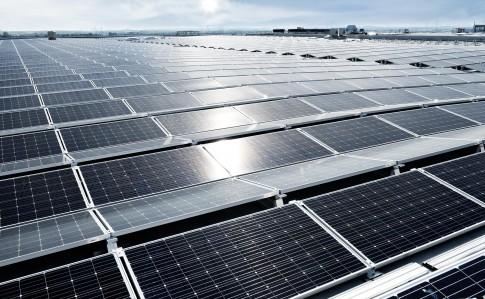 Industriefotografie---Solarkollektoren-auf-riesigem-Industriedach