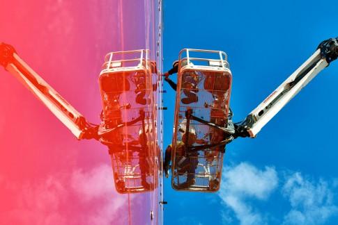 Industriefotografie---Bauindustrie--GlasPanel-Montage-an-Architekturfassade