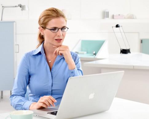 Business-Shoot  -  Myriel-Brechtel - Frau-mit-Laptop