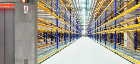 Industriefotografie---RegalGaenge-in-IndustrieLagerhalle