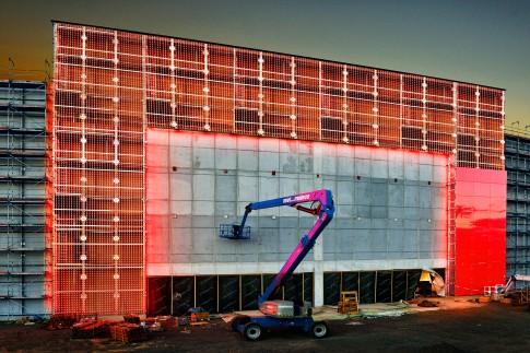 Industriefotografie---Lichtinstallation-fuer-hinterbeleuchtete-GlasFassade