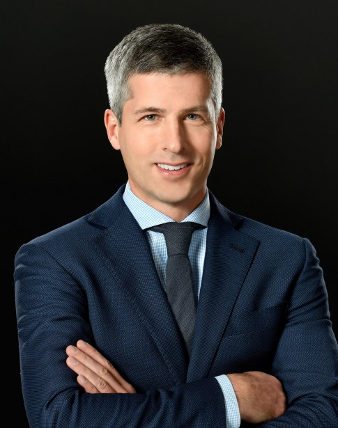 Business Portrait   -   Mann mit Anzug und Krawatte vor schwarzem Fond