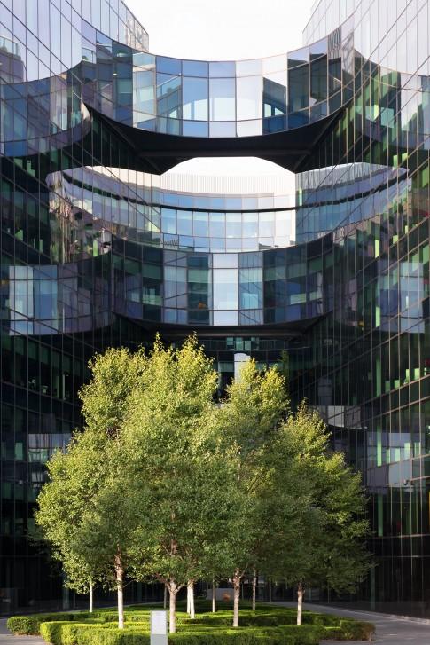 Architektur--Modernes-Glas-Gebaeude-mit-Baumgruppe--More-London-Place--London